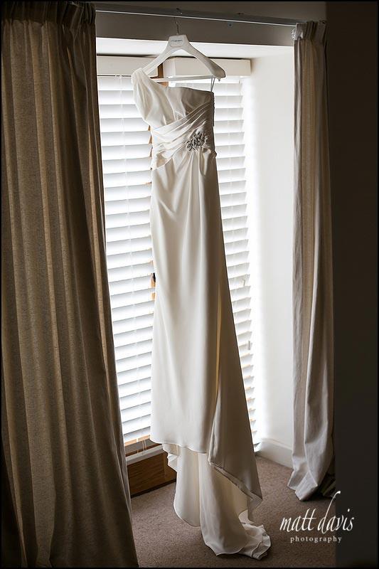 Single shoulder strap wedding dress
