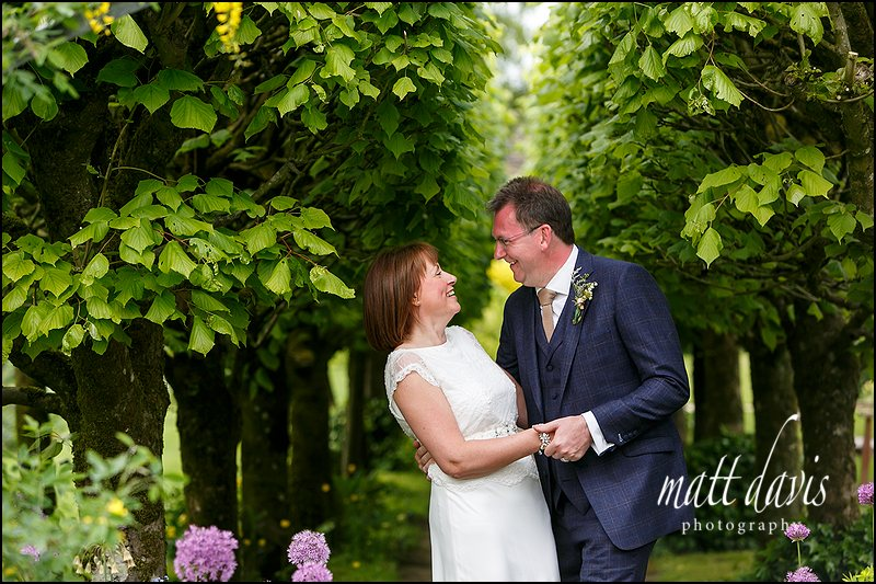 Relaxed wedding photos at Barnsley House, Gloucestershire